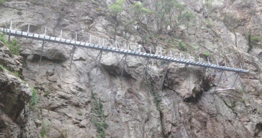 Cantilever walkways